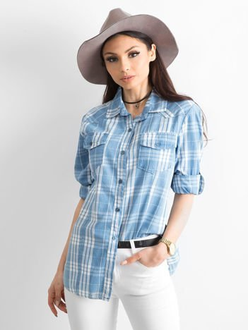Niebieska koszula w kratkę z podwijanymi rękawami