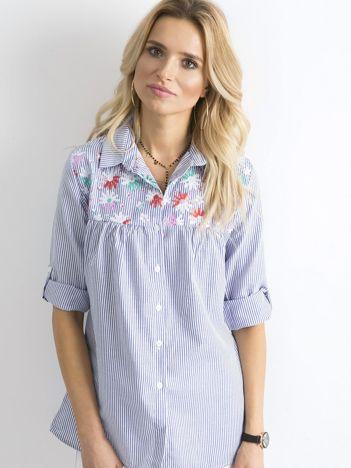 Niebieska koszula w paski z kwiatowymi haftami