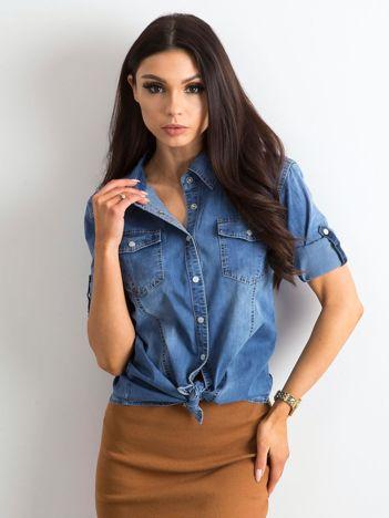 Niebieska koszula z podwijanymi rękawami