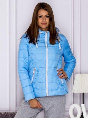 Niebieska pikowana kurtka przejściowa z ozdobnymi suwakami