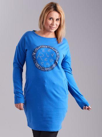 Niebieska sukienka damska z aplikacją PLUS SIZE