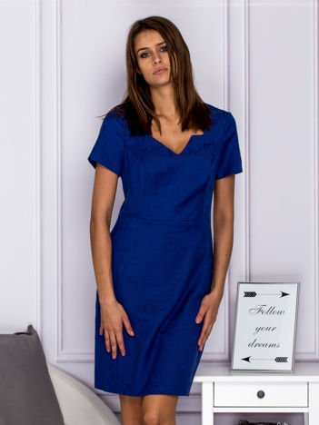 Niebieska sukienka koktajlowa w tłoczony ornamentowy wzór