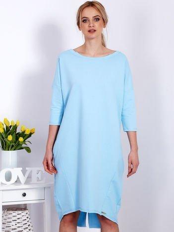 Niebieska sukienka oversize z kieszeniami