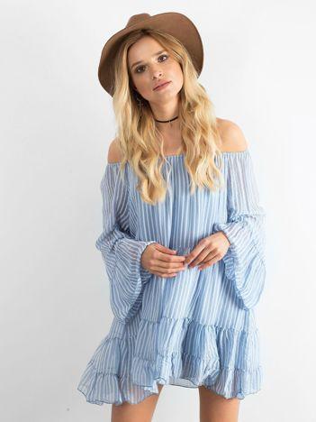 Niebieska sukienka w paski z falbaną