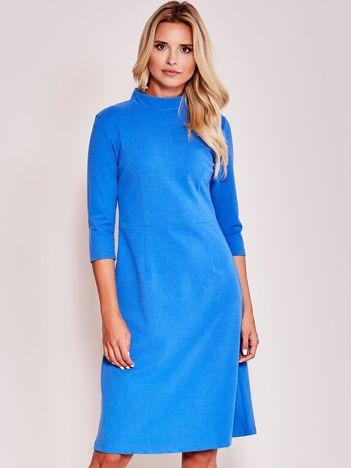 Niebieska sukienka z półgolfem