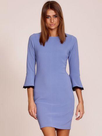 Niebieska sukienka z rozszerzanymi rękawami