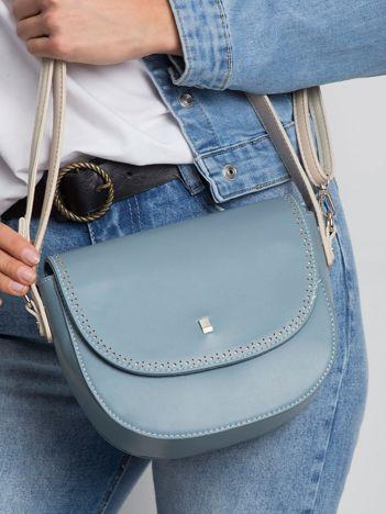 Niebieska torebka listonoszka