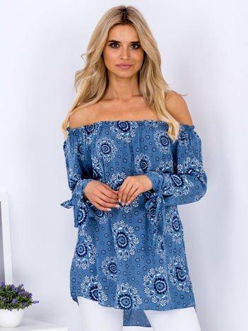 Niebieska wzorzysta bluzka z hiszpańskim dekoltem
