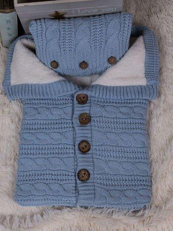 Niebieski becik dla niemowlaka z poduszką ocieplony futerkiem do wózka lub łóżeczka