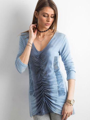 Niebieski cienki sweter z błyszczącymi drobinkami