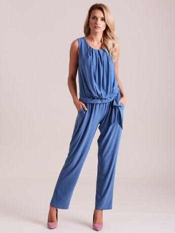 Niebieski drapowany kombinezon z paskiem