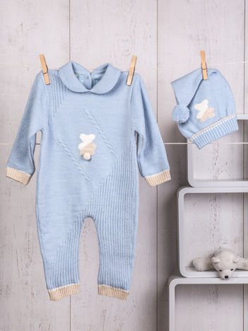 Niebieski niemowlęcy pajacyk kombinezonik dzianinowy dla chłopca lub dziewczynki z misiem zapinany na guziki komplet z czapeczką