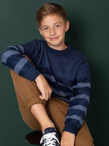 Niebieski sweter chłopięcy w paski