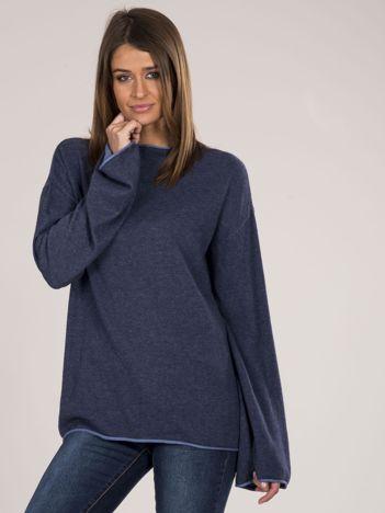 Niebieski sweter damski z szerokimi rękawami