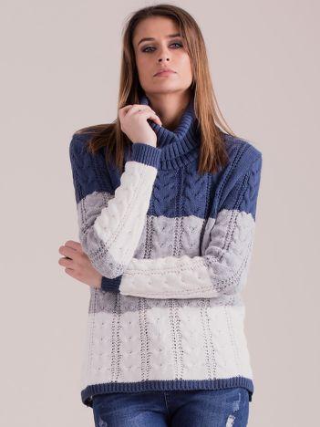 Niebieski sweter golf w warkocze