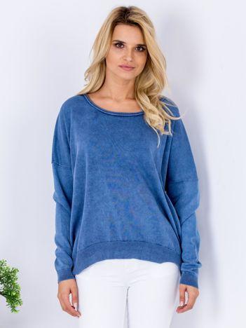 Niebieski sweter z guzikami z tyłu