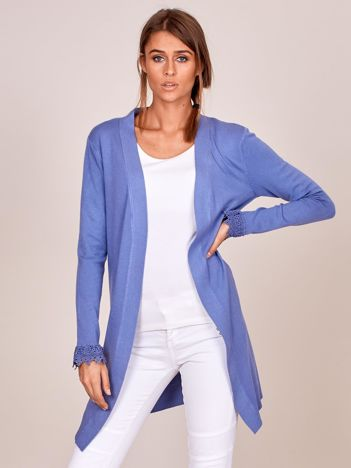 Niebieski sweter z koronkowym wykończeniem rękawów