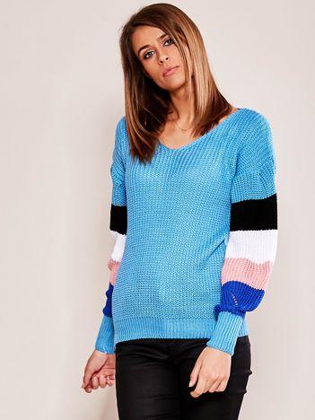 Niebieski sweter z rękawami w paski