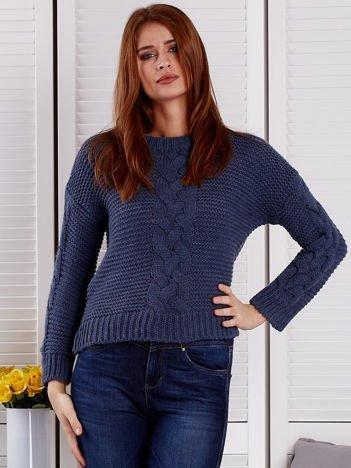 Niebieski sweter z warkoczowymi splotami