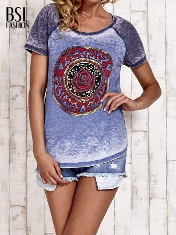 Niebieski t-shirt z różą efekt acid wash