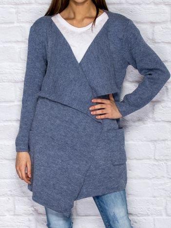 Niebieski wełniany sweter z luźnymi połami
