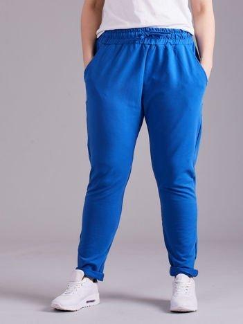 Niebieskie bawełniane damskie spodnie dresowe PLUS SIZE