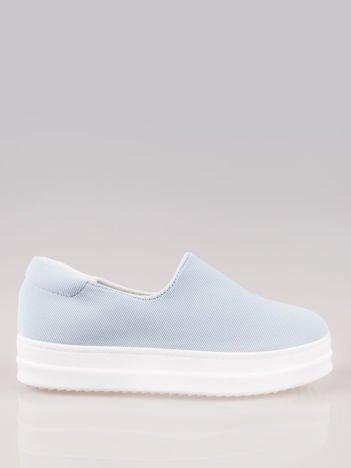 Niebieskie buty slip on na wysokiej podeszwie