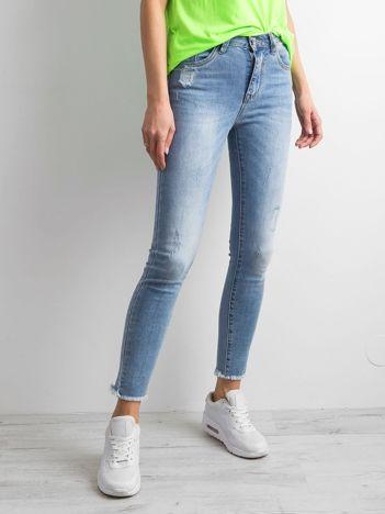 Niebieskie denimowe spodnie z przetarciami