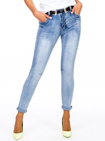 Niebieskie dopasowane jeansy z paskiem