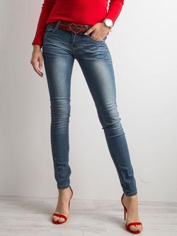 Niebieskie jeansowe rurki z niskim stanem