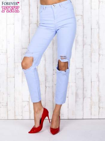Niebieskie jeansowe spodnie z dziurami i kieszeniami