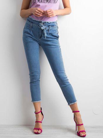 Niebieskie jeansy damskie z wiązaniem