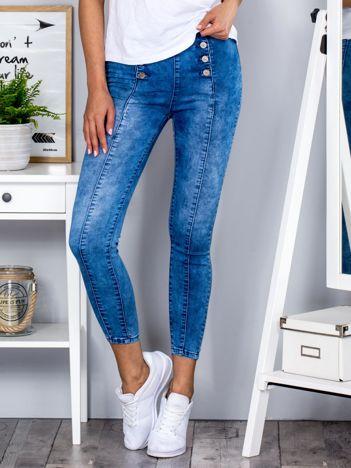 Niebieskie jeansy high waist na guziki