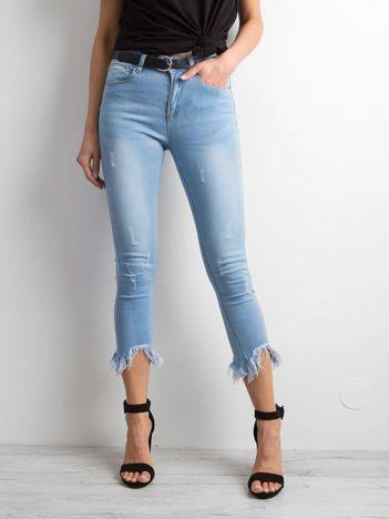 Niebieskie jeansy high waist z wystrzępionymi nogawkami