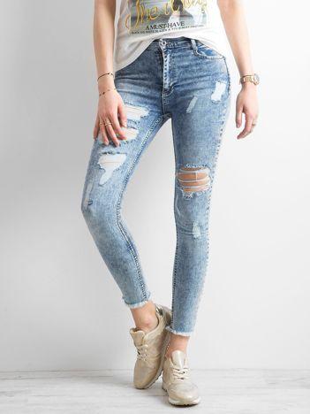 Niebieskie jeansy trashed