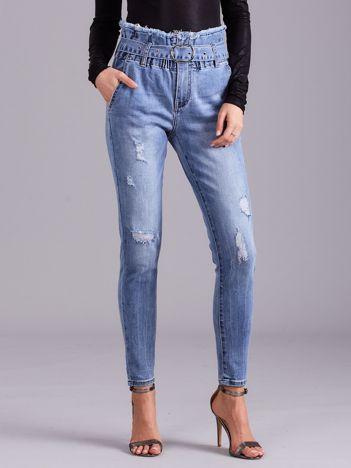 Niebieskie jeansy z wysokim stanem i paskiem