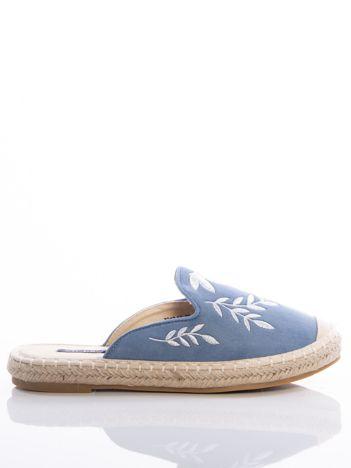 Niebieskie klapki z ecozamszu w haftowane wzory w kształcie roślin na przodzie cholewki