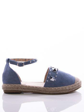 Niebieskie lekko mieniące się sandały ze srebrnymi ćwiekami na przodzie cholewki i paskiem na kostce