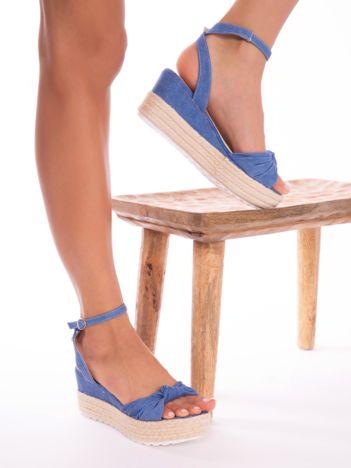 Niebieskie przecierane sandały na koturnach z kokardką na przodzie