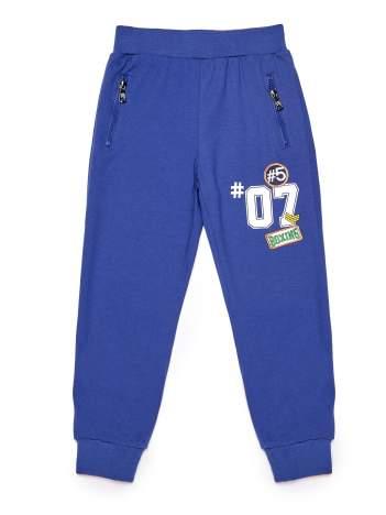 Niebieskie spodnie dresowe chłopięce z naszywkami