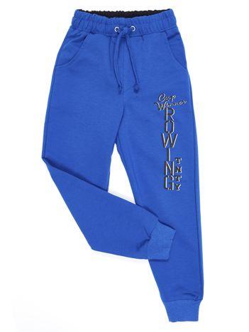 Niebieskie spodnie dresowe dla chłopca z nadrukiem