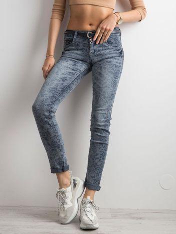 Niebieskie spodnie jeansowe w kwiaty