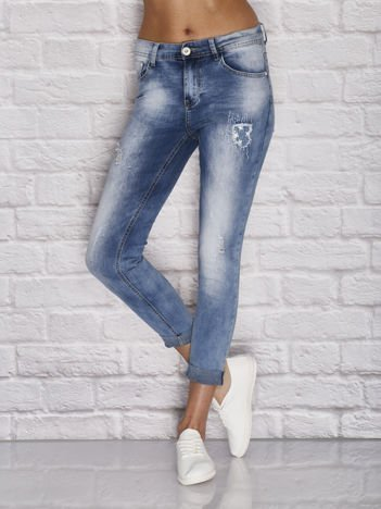 Niebieskie spodnie jeansowe z dżetami