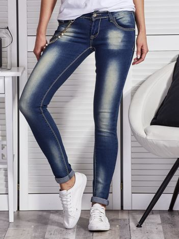 Niebieskie spodnie jeansowe z ozdobnym łańcuszkiem