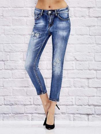 Niebieskie spodnie jeansowe z przetarciami i szwami