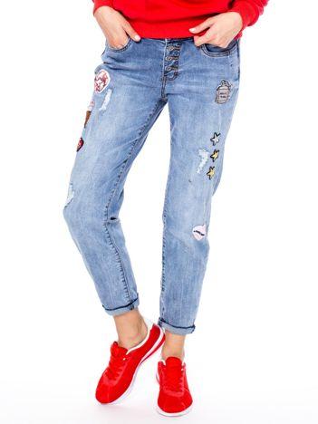 Niebieskie spodnie mom jeans z naszywkami