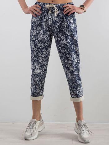 Niebieskie spodnie w kwiaty