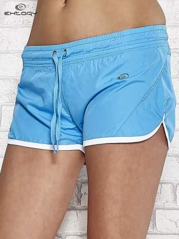 Niebieskie szorty sportowe ze wstawką w groszki
