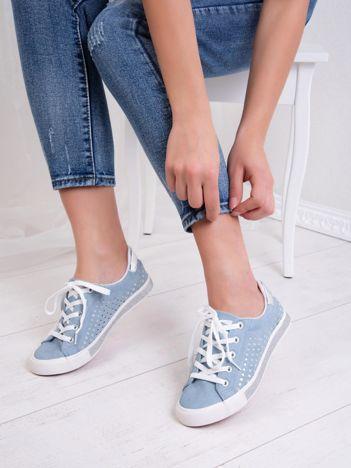 Niebieskie tenisówki Kylie z mieniącymi się tłoczonymi gwiazdkami i brokatową podeszwą