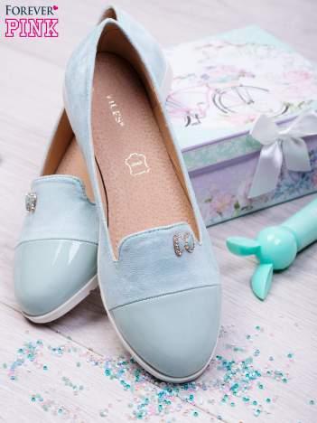 Niebieskie zamszowe baleriny suede Candy z lakierowaną wstawką z przodu i ozdobną kokardką